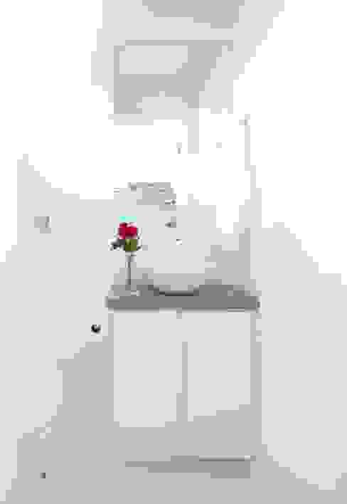 Minimalist bathroom by INÁ Arquitetura Minimalist