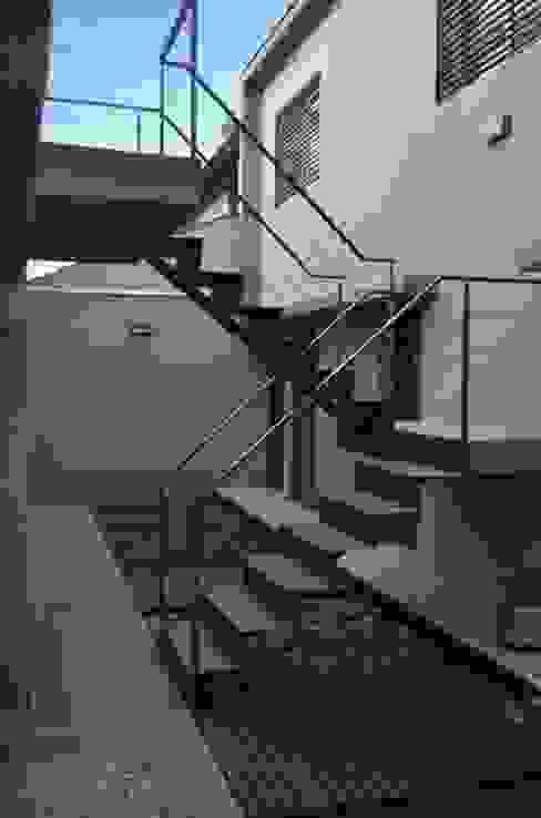 Uspallata 460: Pasillos y recibidores de estilo  por trama arquitectura,Moderno