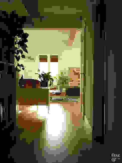 Pasillo con suelo de madera. Salas multimedia de estilo mediterráneo de Etxe&Co Mediterráneo Madera Acabado en madera