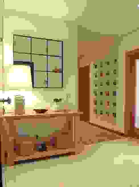 Hall de Entrada Traço Magenta - Design de Interiores Corredores, halls e escadas modernos