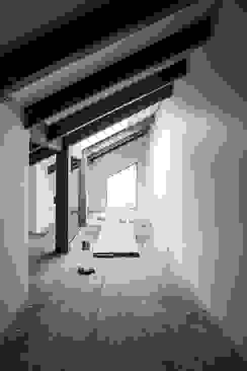 Modern corridor, hallway & stairs by min workshop Modern