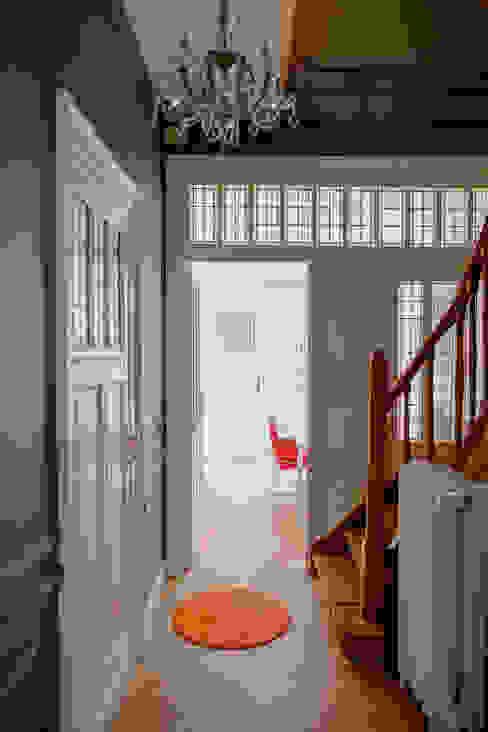 Couloir, entrée, escaliers minimalistes par homify Minimaliste