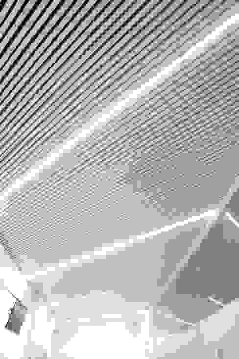 Techo de lamas de aluminio con iluminación led intercalada Escuelas de estilo moderno de The Pont design Moderno Aluminio/Cinc