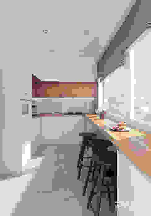 Cocinas de estilo moderno de PASS architekci Moderno