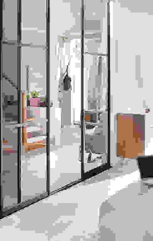 Corredores, halls e escadas escandinavos por Elfa Deutschland GmbH Escandinavo Vidro