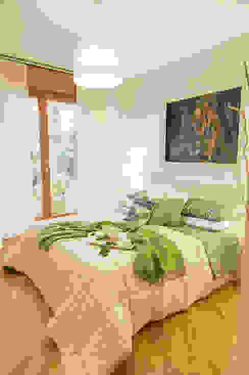 RELOOKING APPARTAMENTO ROMA , BIANCO E VERDE ... LUCE E PICCOLI PARTICOLARI di Loredana Vingelli Home Decor Moderno Legno Effetto legno