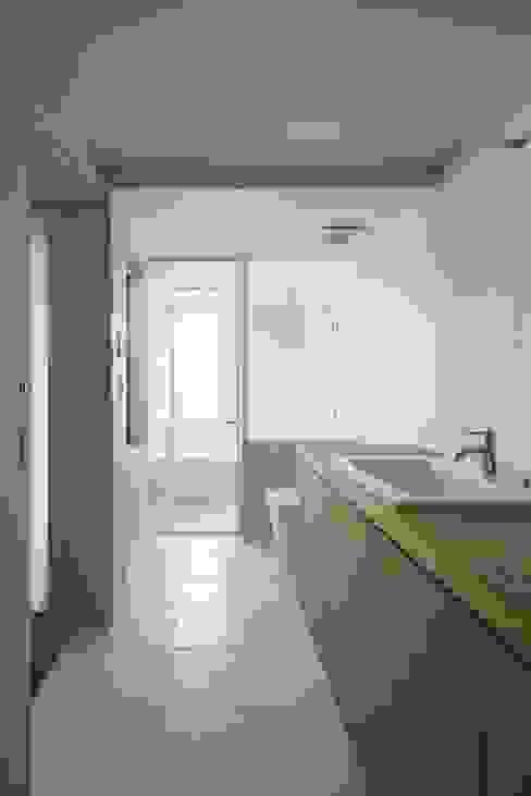 Baños de estilo moderno de Mimasis Design/ミメイシス デザイン Moderno
