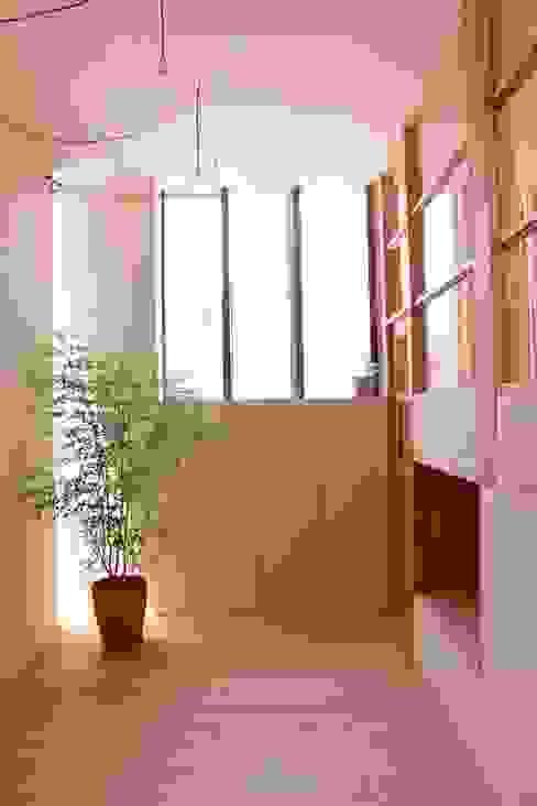 Pasillos, vestíbulos y escaleras modernos de Mimasis Design/ミメイシス デザイン Moderno