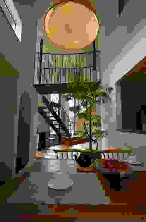 Salle à manger moderne par Mimasis Design/ミメイシス デザイン Moderne Bois Effet bois