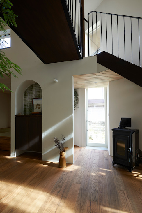 Livings de estilo moderno de Mimasis Design/ミメイシス デザイン Moderno Madera Acabado en madera
