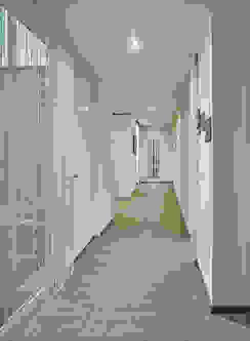 Pasillos, halls y escaleras minimalistas de +studio moeve architekten bda Minimalista