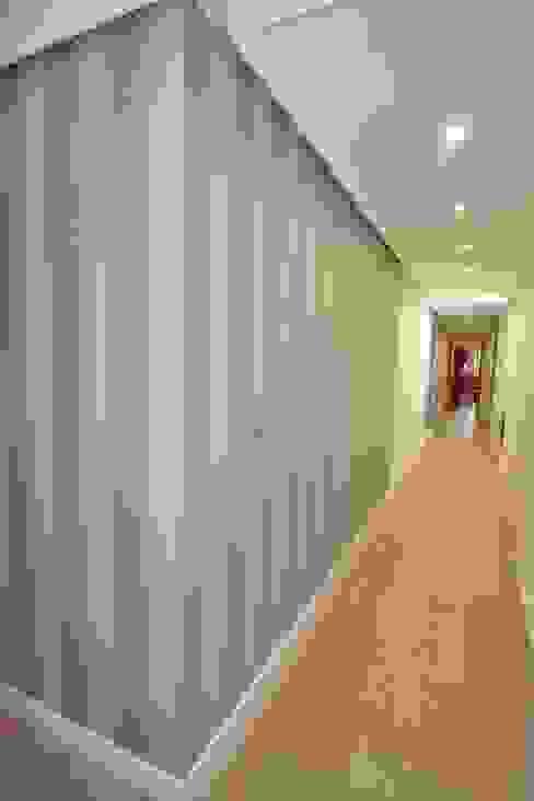 Corridor & hallway by MIMESIS INTERIORISMO, Modern Engineered Wood Transparent