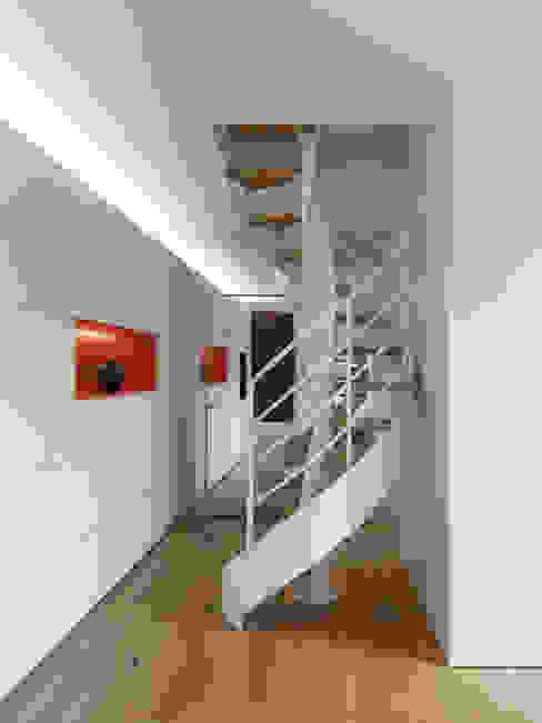 Projekty,  Korytarz, przedpokój zaprojektowane przez NEARCH architecture & design, Minimalistyczny Żelazo/Stal