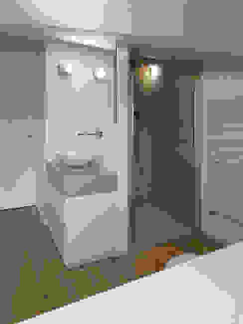 Bagno mansarda NEARCH architecture & design BagnoVasche & Docce Pietra