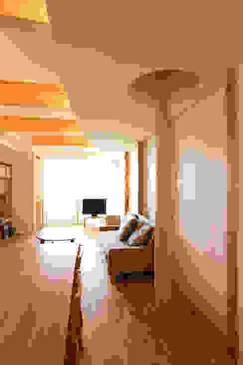 Гостиная в . Автор – nano Architects, Модерн Дерево Эффект древесины
