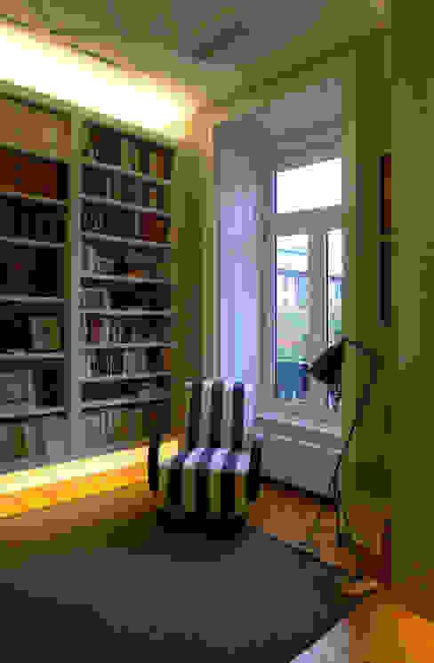 Phòng học/văn phòng phong cách kinh điển bởi JOANA MENDES BARATA arquitetura Kinh điển