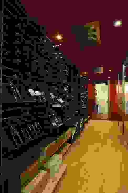 Esigo wine room with air-conditioning system Esigo SRL Modern wine cellar