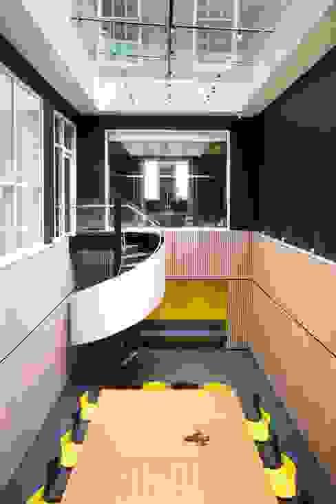 Projekty,  Korytarz, przedpokój zaprojektowane przez EeStairs | Stairs and balustrades, Nowoczesny Matal
