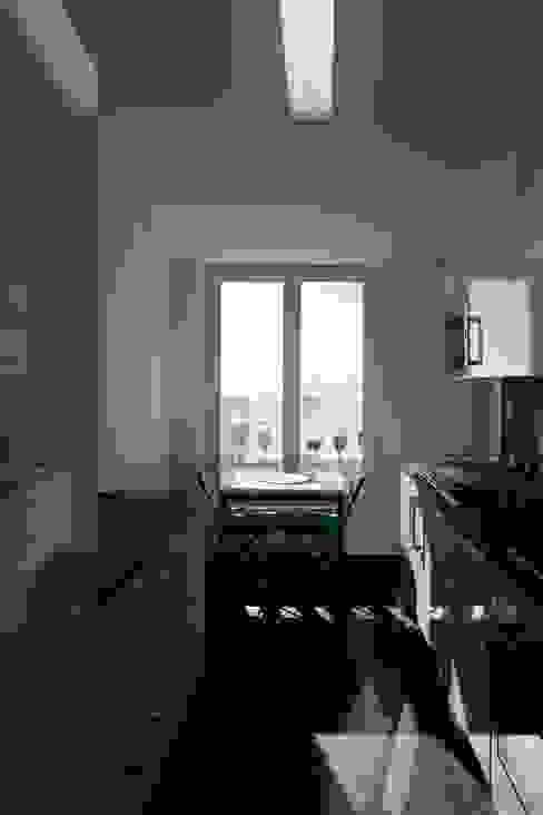 Edifício na Av. 24 de Julho - Lisboa Janelas e portas clássicas por VÃO - Arquitectos Associados, Lda. Clássico