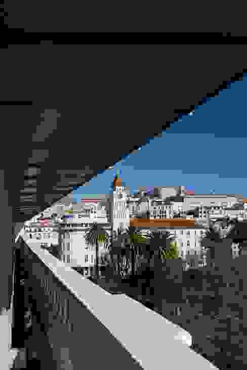 Edifício na Av. 24 de Julho - Lisboa Varandas, marquises e terraços clássicas por VÃO - Arquitectos Associados, Lda. Clássico