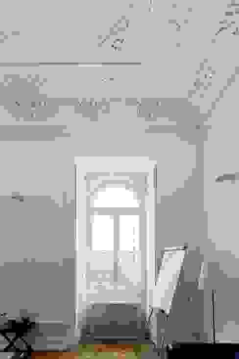 Paredes y suelos de estilo clásico de VÃO - Arquitectos Associados, Lda. Clásico