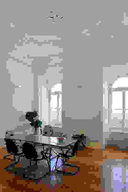 Edifício na Av. 24 de Julho - Lisboa Espaços de trabalho clássicos por VÃO - Arquitectos Associados, Lda. Clássico