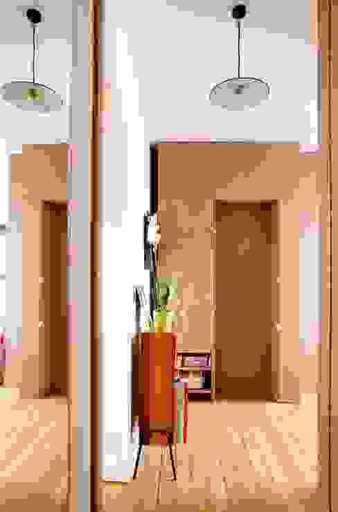 cloison chambre et porte fermée Couloir, entrée, escaliers scandinaves par BKBS Scandinave