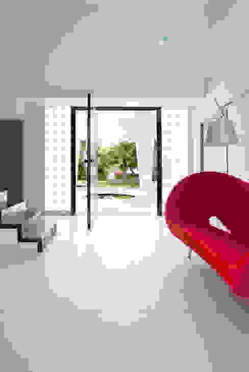 Villa C1 Couloir, entrée, escaliers minimalistes par frederique Legon Pyra architecte Minimaliste