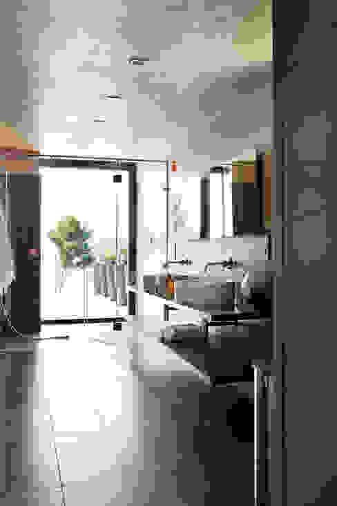 Villa C1 Salle de bain moderne par frederique Legon Pyra architecte Moderne