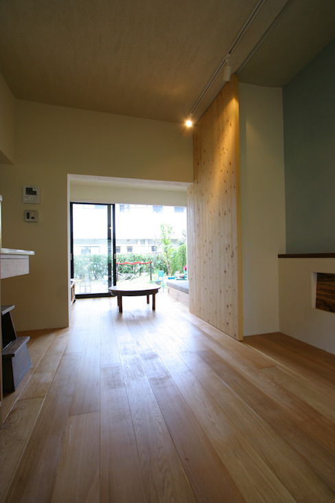 House in Nakatomigaoka: Mimasis Design/ミメイシス デザインが手掛けたリビングです。