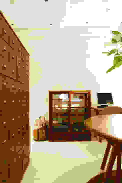 现代客厅設計點子、靈感 & 圖片 根據 Mimasis Design/ミメイシス デザイン 現代風