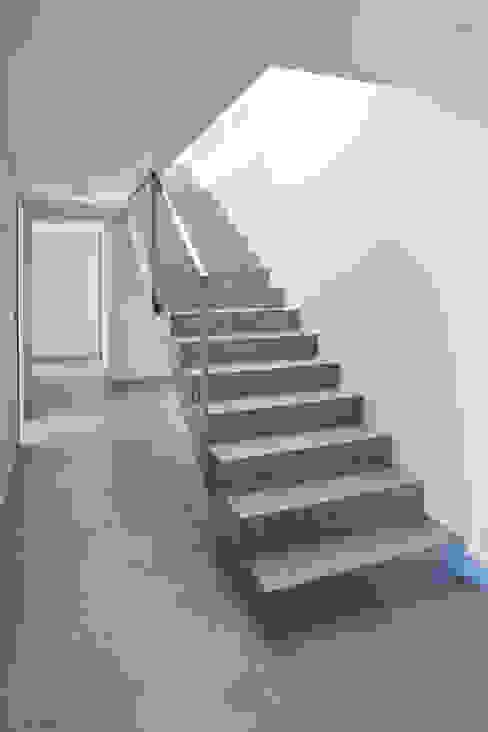 Villa C2 Couloir, entrée, escaliers minimalistes par frederique Legon Pyra architecte Minimaliste