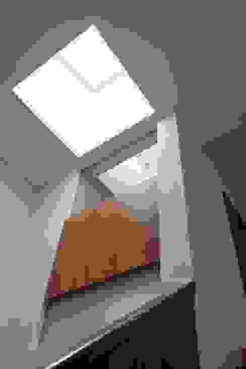 Uwano House: 株式会社シーンデザイン建築設計事務所が手掛けた廊下 & 玄関です。,オリジナル