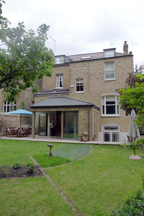 Clapham home Classic style garden by Warren Rosing Architects Classic Stone
