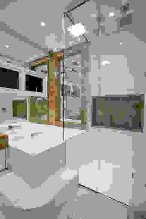 Ванная комната в стиле модерн от Arquiteto Aquiles Nícolas Kílaris Модерн Мрамор