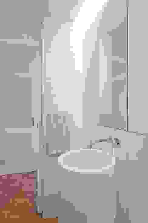 uma casa e o mar Casas de banho minimalistas por p+v arq Minimalista