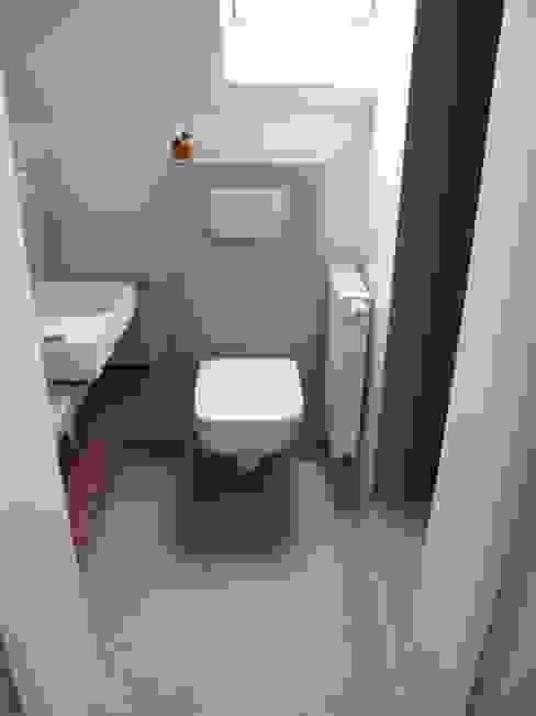 Toilettenrückwand und Boden im Betonlook Farbpunkt Sobert & Ierardi GbR Moderne Badezimmer
