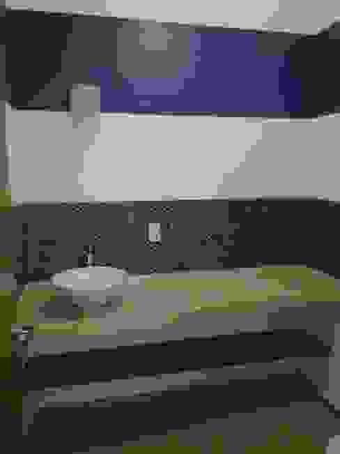 Casa Sta.Elena Constructora e Inmobiliaria Catarsis Baños modernos Madera Azul