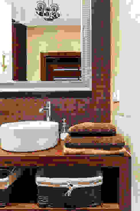 Baños de estilo clásico de Decoroom Clásico