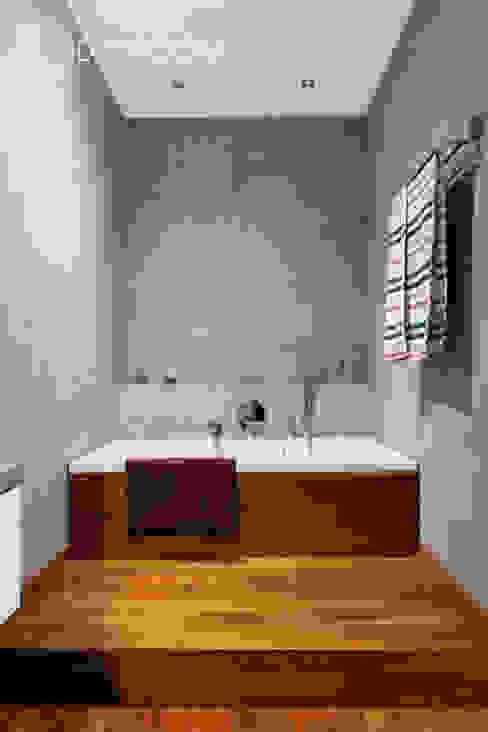 Nowoczesne połączenia: styl , w kategorii Łazienka zaprojektowany przez Decoroom,Nowoczesny