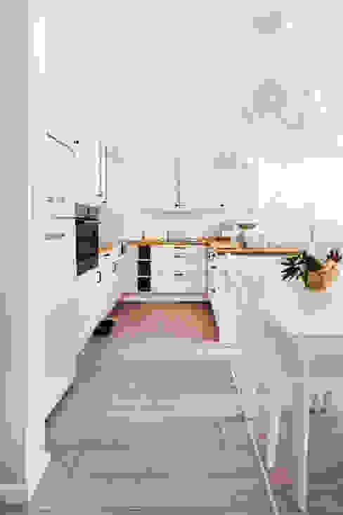 przytulne , kobiece wnętrze: styl , w kategorii Kuchnia zaprojektowany przez Decoroom,Klasyczny
