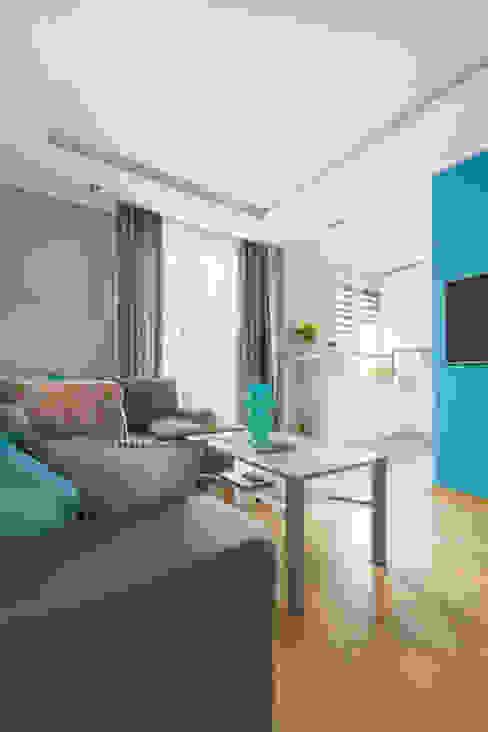 Moderne woonkamers van Decoroom Modern