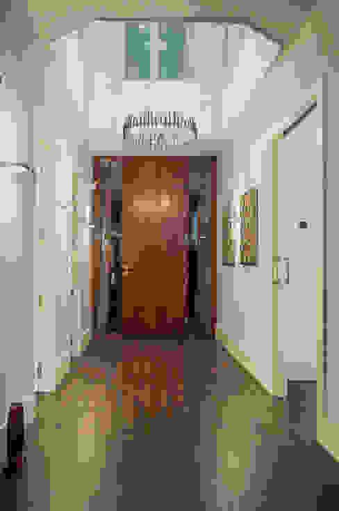 Mediterranean style corridor, hallway and stairs by SENZA ESPACIOS Mediterranean