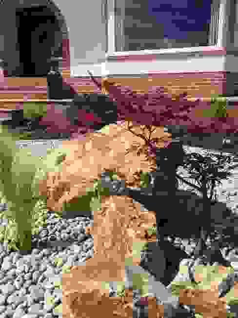Boulders and rocks for an oriental feel. Minimalist style garden by Anne Macfie Garden Design Minimalist