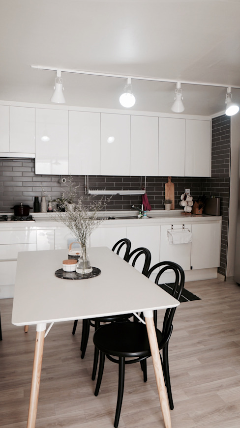 Scandinavian style dining room by toki Scandinavian