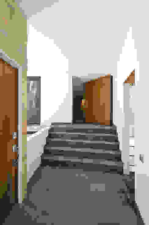 Casa La Lagartija Pasillos, vestíbulos y escaleras modernos de alexandro velázquez Moderno
