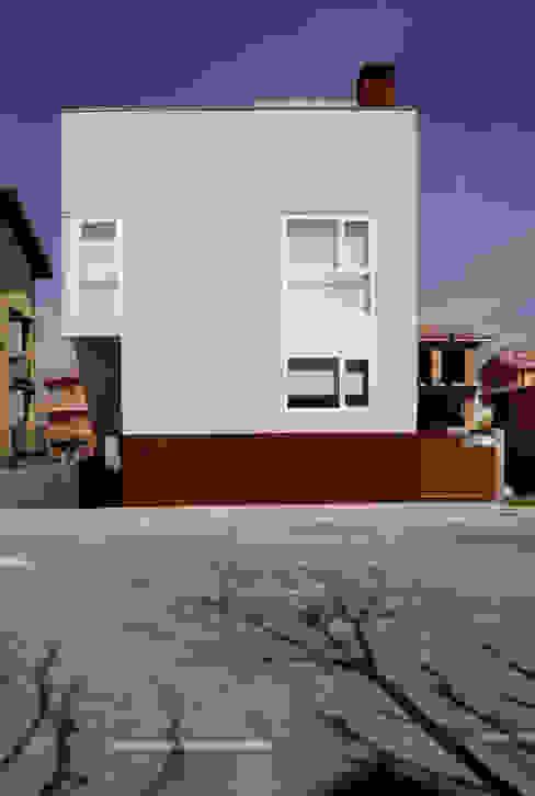 Fachada de la calle Casas de estilo moderno de Comas-Pont Arquitectes slp Moderno