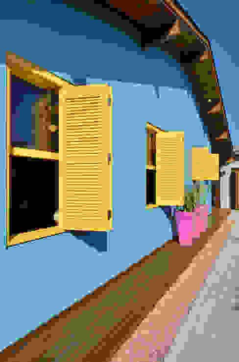 Nhà phong cách nhiệt đới bởi Arquitetando ideias Nhiệt đới