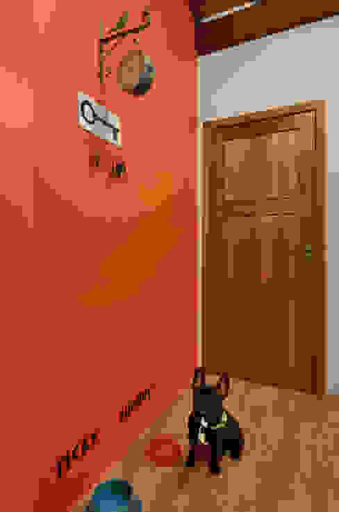 Tropical style corridor, hallway & stairs by Arquitetando ideias Tropical