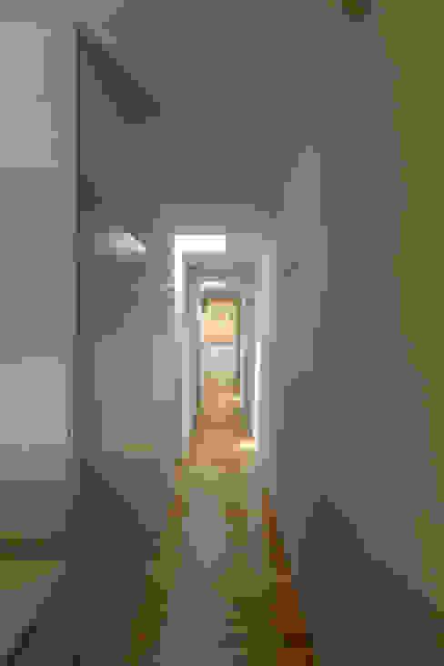 Коридор, прихожая и лестница в рустикальном стиле от ABPROJECTOS Рустикальный